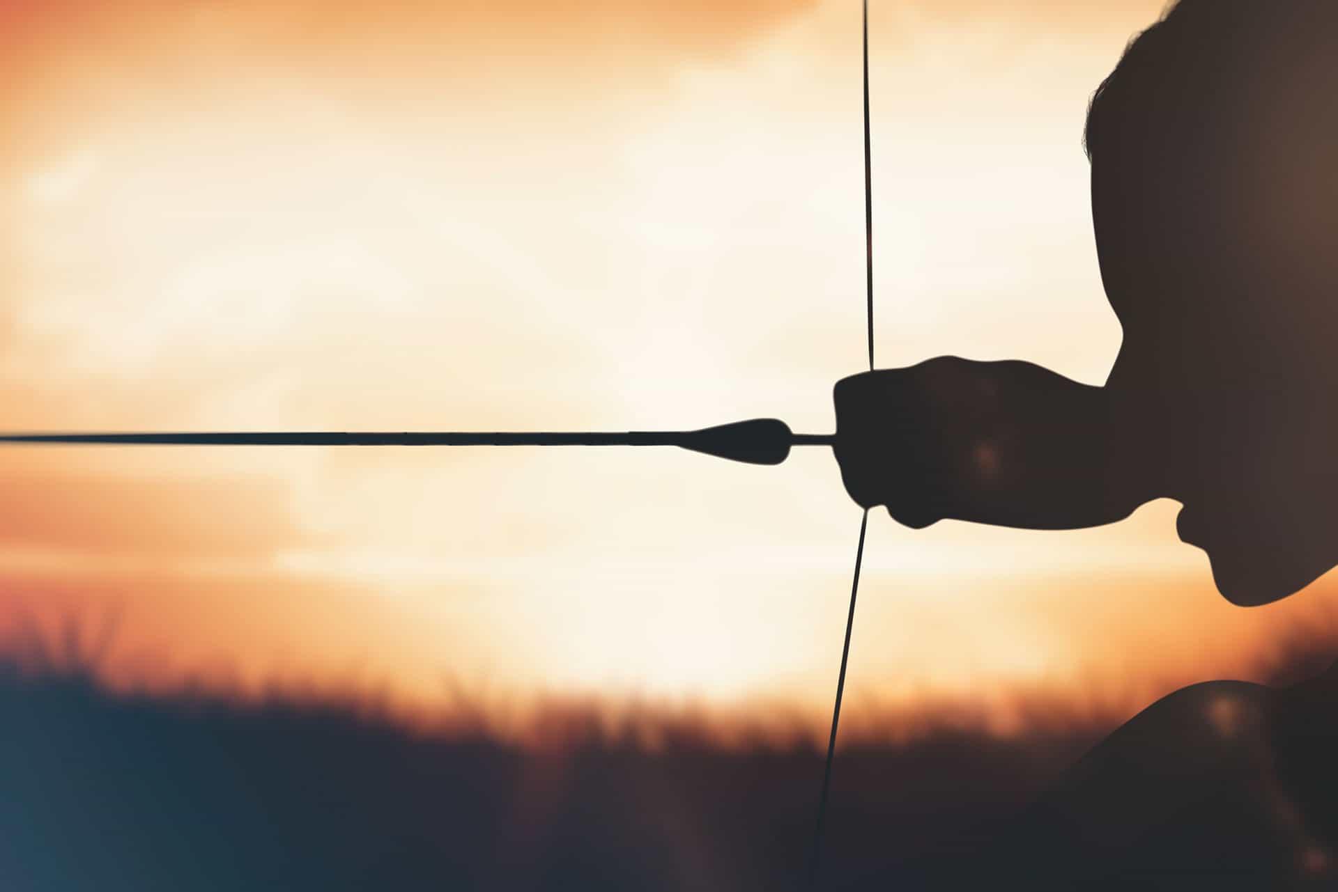 Kvinna i en bågskytteförening skjuter med pilbåge